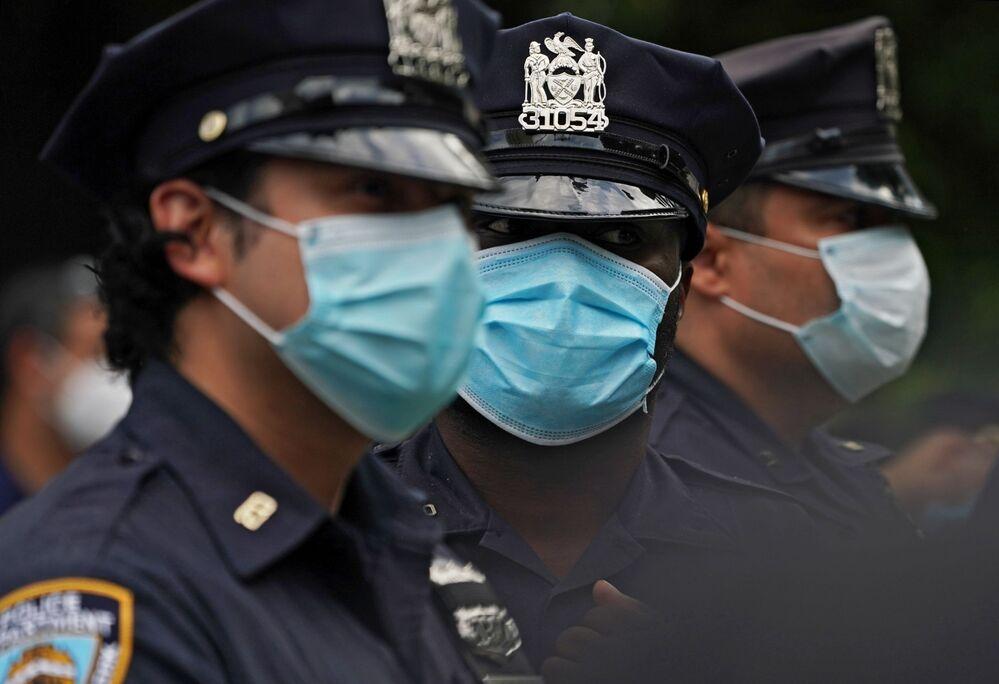 Philadelphia'da George Floyd protestolarına müdahale eden güvenlik güçlerinden en az 13 polis memuru çıkan arbedede yaralandı. Philadelphia Emniyetinin yaptığı açıklamaya göre en az 3 bin kişinin katıldığı protestolarda 14 kişi gözaltına alınırken, göstericiler en az 4 polis aracını ateşe verdi