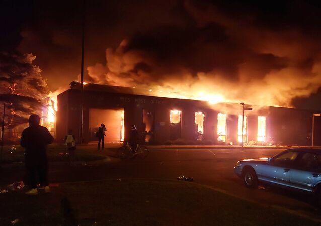 ABD'nin Minneapolis kentinde yaklaşık bir haftadır düzenlenen protesto gösterileri sırasında ateşe verilen postane binası