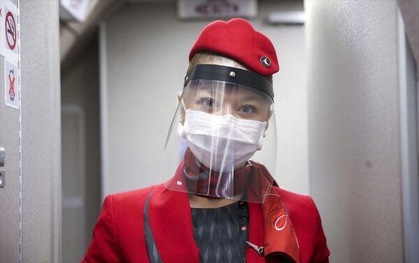 İlk uçuş öncesinde kabin ekiplerine, ateş ölçümü yapıldı, maske ve siperlik gibi kişisel koruyucu ekipman sağlandı. Uçağa binmeden önce eskisi gibi biletleri görevliler tek tek kontrol etmedi. Yolcuların cihazlardan kendileri biletlerini okutarak tek tek uçağa alındı. Sosyal mesafe konusunda sık sık uyarılarda bulunuldu.   - Sputnik Türkiye