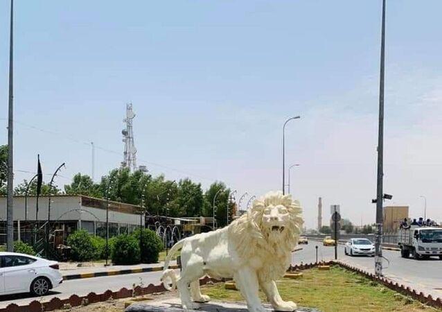 Irak'ın Necef kentinde bulunan, yüksek maliyeti ve çirkin yapısıyla alay konusu olan aslan heykeline ilişkin Necef Belediyesi'nden açıklama geldi. Belediye, heykelin 420 dolara mal olduğunu açıkladı.