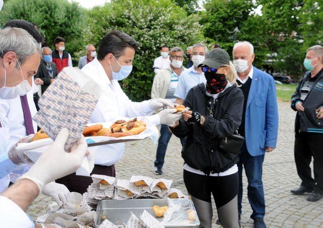 Edirne'de esnaf normalleşme sürecini ciğerli lokma dağıtarak kutladı