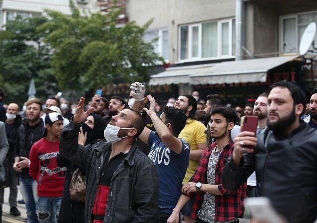Bursa'da intihar girişimi sosyal mesafeyi unutturdu: Onlarca kişi canlı yayın yaptı