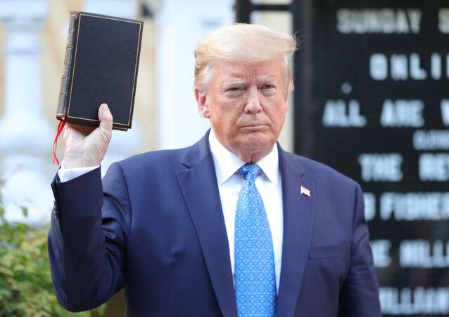 Trump, Beyaz Saray'daki konuşmasının ardından yerleşkeden çıkarak Beyaz Saray'ın yakınındaki St. Johns Kilisesi'ne elinde tuttuğu İncil ile yürüdü. Kilisenin önüne gelen Trump, İncil ile poz verdi.