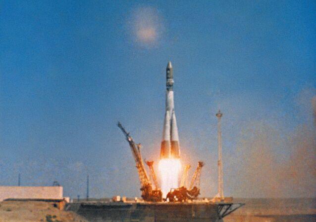 İlk insan yapımı uydu Sputnik 1'in fırlatılması (4 Ekim 1957), ilk insanlı yörünge uçuşunu gerçekleştiren Yuri Gagarin'in aracı  Vostok 1'in fırlatılması (12 Nisan 1961), uzaya çıkan ilk kadın Valentina Tereşkova'yı taşıyan uzay aracının fırlatılması (1963)  Baykonur Üssü'nden gerçekleştirildi.  Fotoğrafta: Gagarin'i uzaya taşıyan Vostok 1 aracının fırlatılma anı, 1961