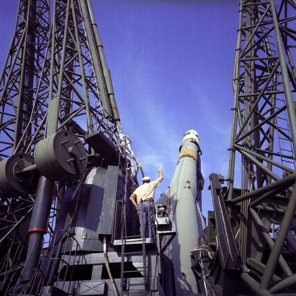 Tüm Sovyet insanlı uzay araçları, ay ve gezegen sondaları Baykonur Üssü'nen  fırlatıldı Fotoğrafta: Sovyet yapımı Soyuz-14 uzay aracının fırlatılışı öncesi hazırlıklar, 1974