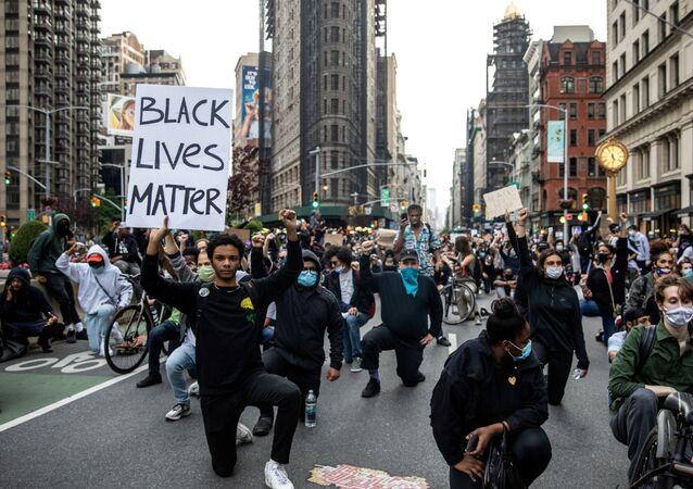 New York'ta George Floyd cinayetini protesto edenler bir dakikalık saygı duruşunda, 1 Haziran 2020