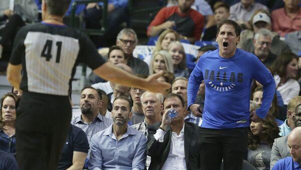 Dallas Mavericks sahibi Marc Cuban NBA maçında hakeme tepki gösterirken - Sputnik Türkiye