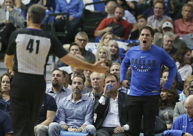 Dallas Mavericks sahibi Marc Cuban NBA maçında hakeme tepki gösterirken
