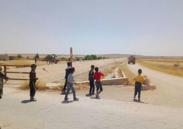 Suriyeli çocuklar ABD devriyesini taşladı