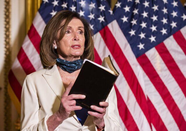 ABD Temsilciler Meclisi Başkanı Demokrat Nancy Pelosi, elindeİncil'ledüzenlediği basın toplantısında, ABD Başkanı Donald Trump'a, ülkedeki protestoculara karşı tonunu yumuşatma çağrısı yaptı.