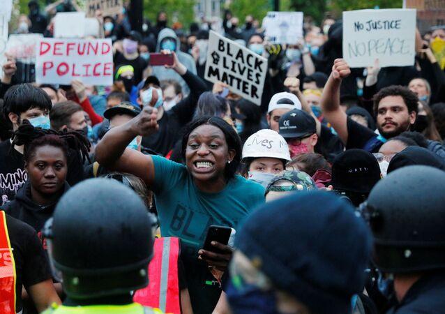 ABD'de siyahi Amerikalı George Floyd'un polis şiddeti sonucu hayatını kaybetmesinin ardından başlayan ve ülke geneline yayılan ırkçılık karşıtı protestolar devam ediyor.