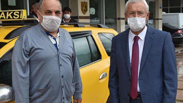 İzmir'in Bayraklı ilçesinde taksici Tarık Mum, aracına binen M.K.'nın, aracında unuttuğu 60 bin TL'yi sahibine teslim etti.  - Sputnik Türkiye