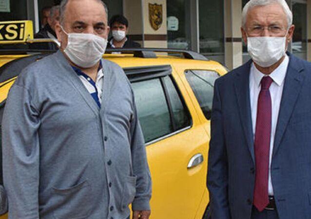 İzmir'in Bayraklı ilçesinde taksici Tarık Mum, aracına binen M.K.'nın, aracında unuttuğu 60 bin TL'yi sahibine teslim etti.