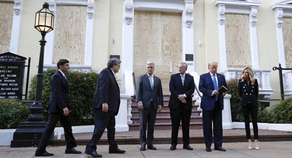 St. John Kilisesi önünde poz verenler soldan sağa Savunma Bakanı Mark Esper, Adalet Bakanı Attorney General William Barr, Ulusal Güvenlik Danışmanı Robert O'Brien, Beyaz Saray Genel Sekreteri  Mark Meadows, elinde İncil tutan Başkan Donald Trump ve Beyaz Saray Basın Sözcüsü Kayleigh McEnany