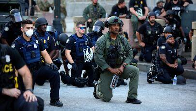 Polis şiddetinin damga vurduğu protestolar ülke geneline yayılırken, bazı bölgelerden gelen dayanışma görüntüleri gündem oldu Fotoğrafta: Atlanta kentinde  eylemcilere destek vererek diz çoken polis memurları