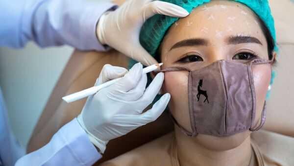 Tayland'da bir güzellik kliniği yakın temas uygulamalar için mini maske geliştirdi - Sputnik Türkiye