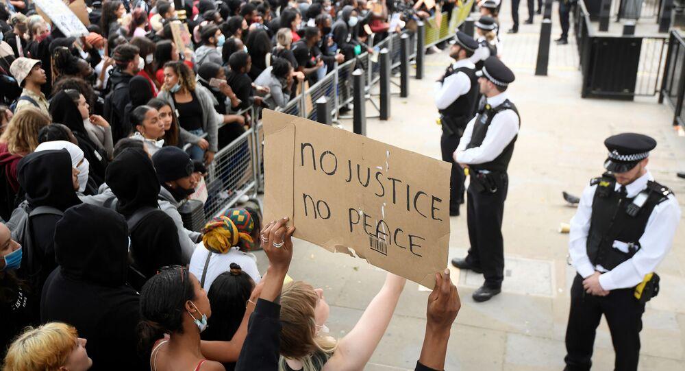 ABD'de siyahi George Floyd'un polisler tarafından öldürülmesi İngiltere'nin başkenti Londra'daprotesto edildi.
