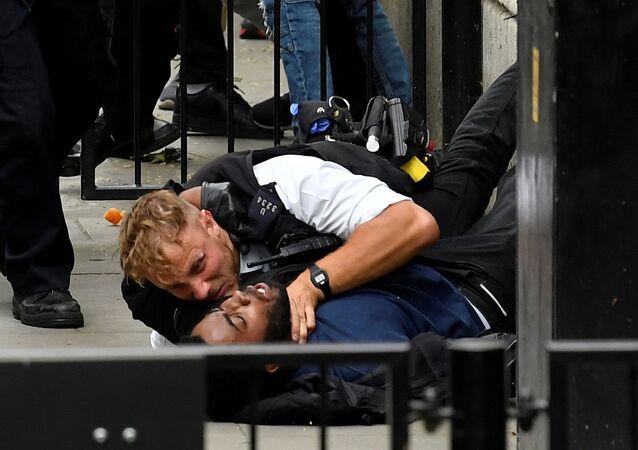 İngiltere'nin başkenti Londra'da, ABD'depolis şiddeti sonucu hayatını kaybeden siyahi George Floyd içindüzenlenen gösteride polisler ile protestocular arasında defalarca arbede yaşandı.