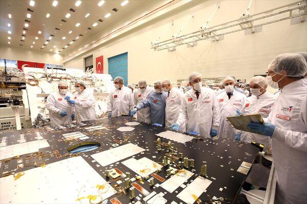 Testlerin başarıyla tamamlanmasının ardından son üretim aşamasına geçilecek uydunun gelecek yıl uzaya fırlatılması planlanıyor. - Sputnik Türkiye