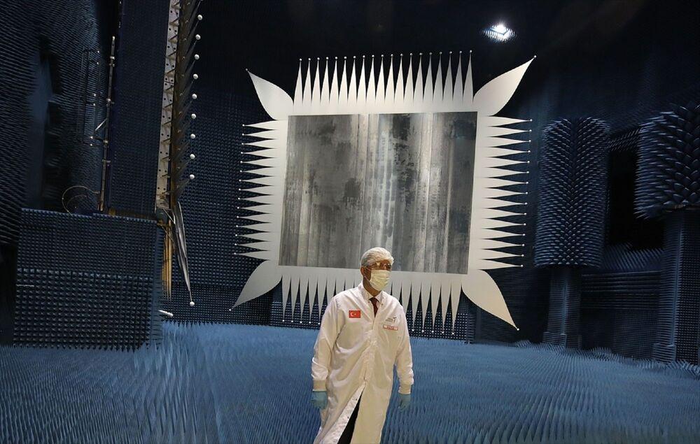 Sanayi ve Teknoloji Bakanı Varank'ın ev sahipliğinde gerçekleşen toplantıda TÜBİTAK Uzay'ın yürüttüğü yerli ve milli uydu projelerinin son durumu masaya yatırıldı.
