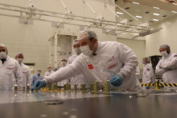 Son montajın ardından açıklamalarda bulunan Varank, Türkiye'nin uzay alanında tasarımını yapıp geliştirdiği yerli ve milli projelerin son durumuna ilişkin bilgi alarak çalışmaları yerinde gördüklerini belirtti. - Sputnik Türkiye