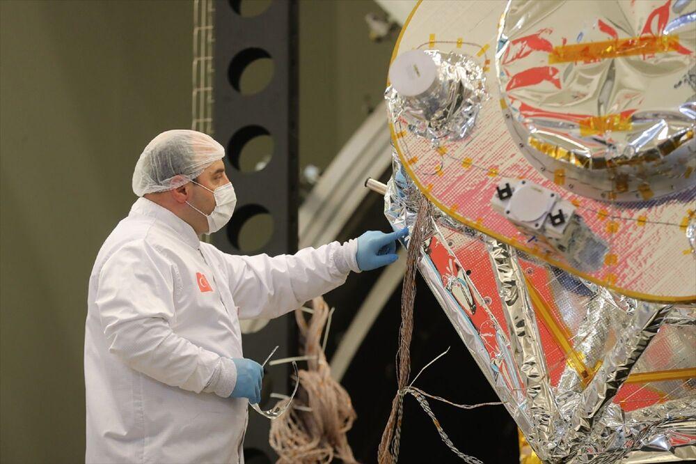 TÜBİTAK Uzay Teknolojileri Araştırma Enstitüsü tarafından geliştirilen İmece uydusunun Isıl Yapısal Yeterlilik Modeli (IYYM) montaj entegrasyon faaliyetleri Ocak 2020'de başladı.