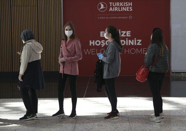 Türk Hava Yolları (THY), yeni tip koronavirüs (Kovid-19) tedbirleri sonrası normalleşme süreciyle birlikte seferlerini artırdı. Bugün 250 iç hat seferi yapacak THY'nin uçuşlarına vatandaşlar yoğun ilgi gösterdi.