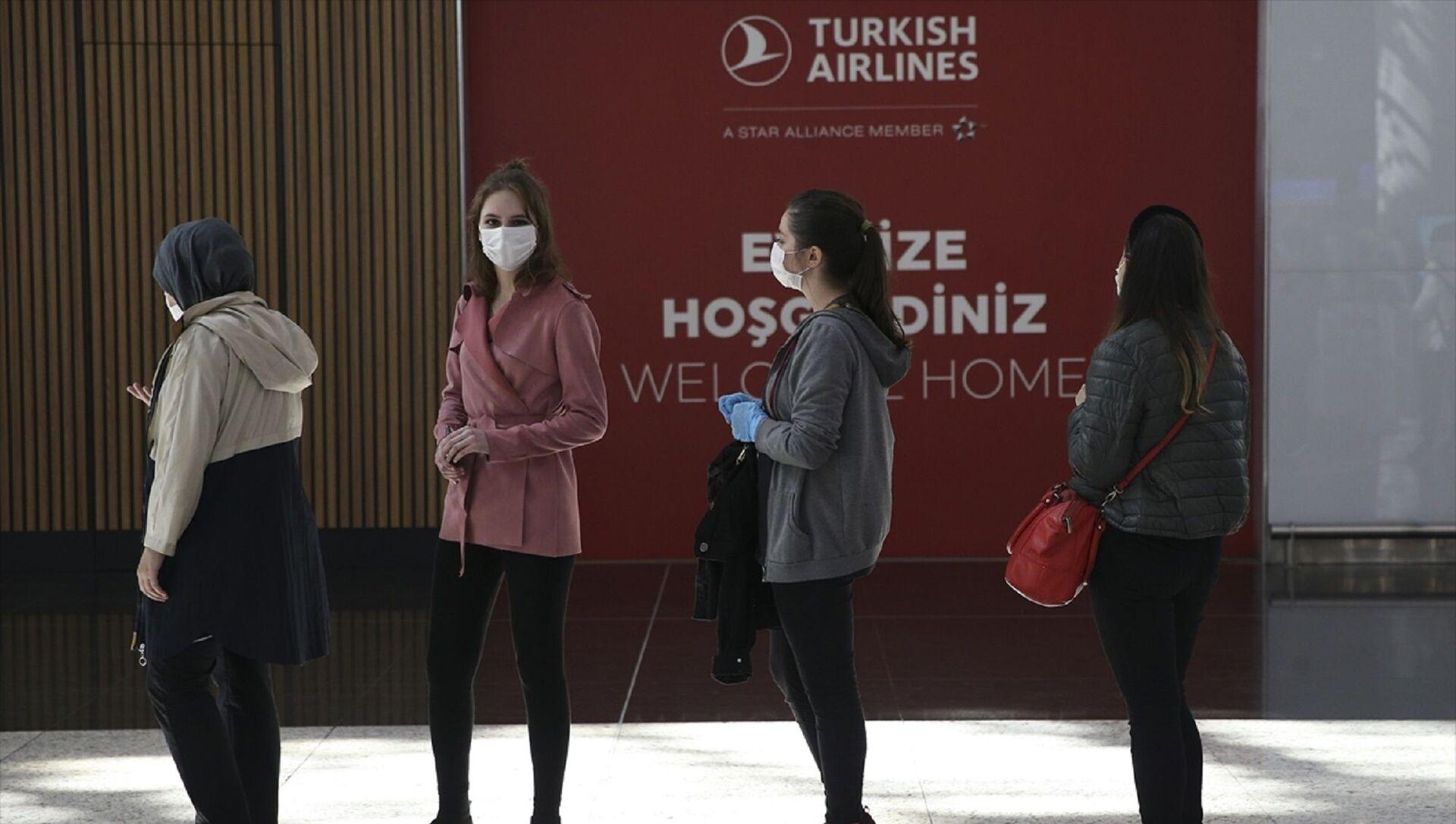 Türk Hava Yolları (THY), yeni tip koronavirüs (Kovid-19) tedbirleri sonrası normalleşme süreciyle birlikte seferlerini artırdı. Bugün 250 iç hat seferi yapacak THY'nin uçuşlarına vatandaşlar yoğun ilgi gösterdi. - Sputnik Türkiye, 1920, 14.04.2021
