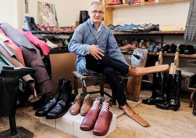 39 yıldır ayakkabı yapan Lup, 2001 yılında açtığı dükkanında hazır ayakkabılar satsa da, geçimini daha çok tiyatro, opera evleri ve geleneksel halk dansı gruplarından gelen özel siparişlerle sağlıyor.