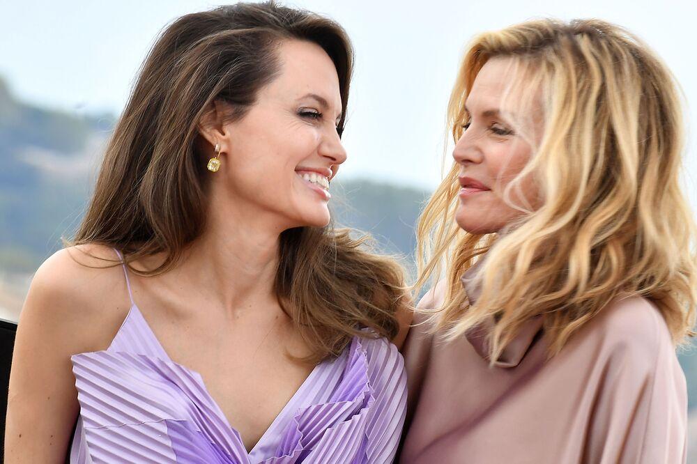 Yıldız sinema  oyuncuları Angelina Jolie (solda) ve Michelle Pfeiffer, Jolie'nin başrol oynadığı Malefiz: Kötülüğün Gücü filminin  Avrupa prömyerinde poz verirken, 2019