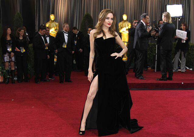 Angelina Jolie, Oscar Ödülleri kırmızı halısında poz verirken, 2012