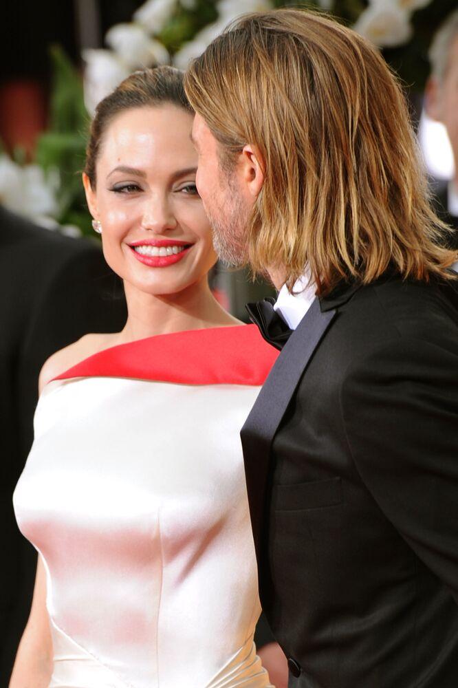 Angelina Jolie eski eşi oyuncu Brad Pitt ile Altın Küre Ödülleri kırımızı halısında poz verirken, 2012  2016 yılında ayrılan ve resmi olarak 2019'da boşanan çift, Maddox, Pax ve Zahara olmak üzere üç evlatlık; Shiloh, Knox ve Vivienne olmak üzere üç biyolojik çocuğa sahip