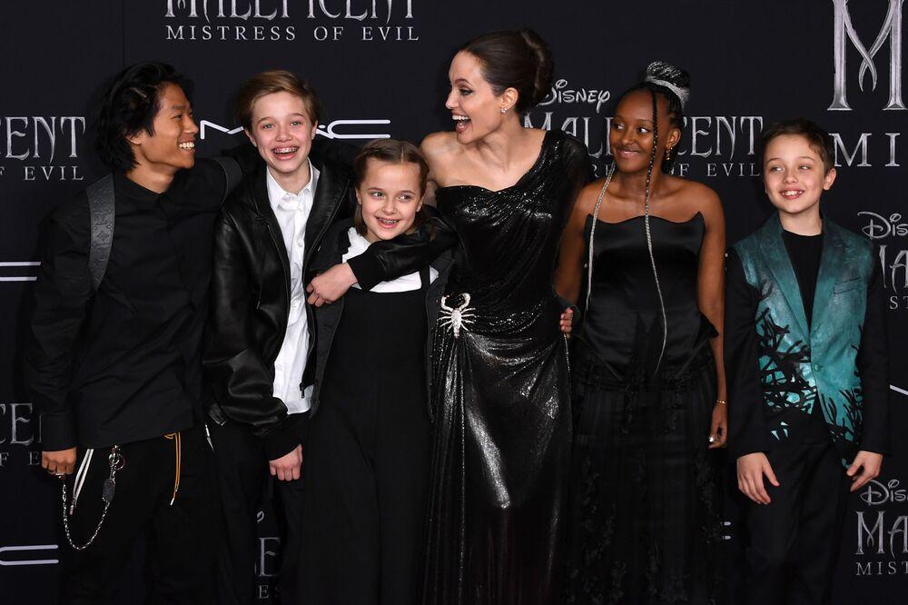 Angelina Jolie çocuklarıyla Malefiz: Kötülüğün Gücü filminin dünya prömyerinde poz verirken, 2019