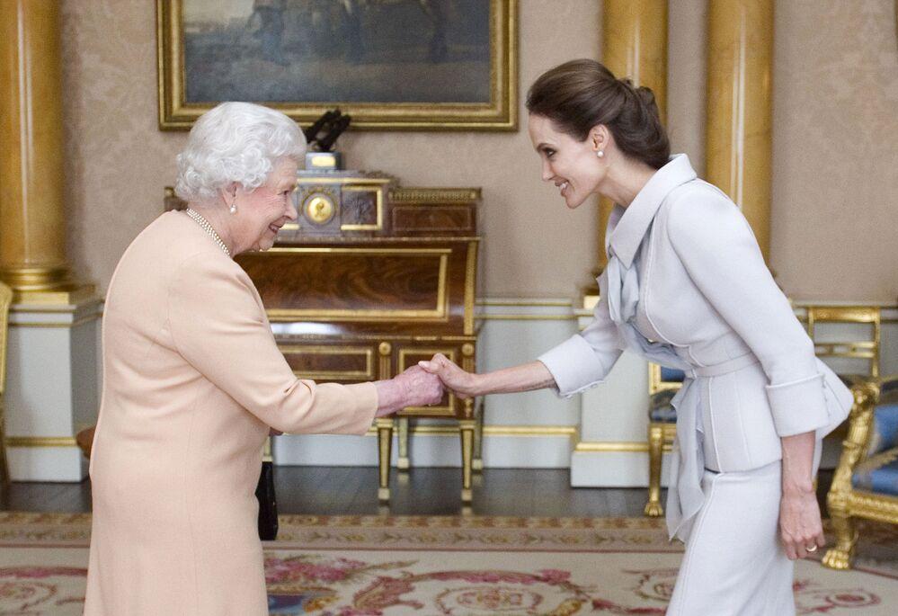 Hollywood'un en yüksek gelirine sahip olan aktrislerden Angelina Jolie, 2014'te özel bir kutlama sırasında İngiltere Kraliçesi 2. Elizabeth tarafından cinsel şiddete karşı yürüttüğü kampanyalar için 'Dame' ünvanı (Birleşik Krallık tarafından üstün hizmetlerde bulunmuş başarılı kadınlara verilen kraliyet nişanı) aldı.