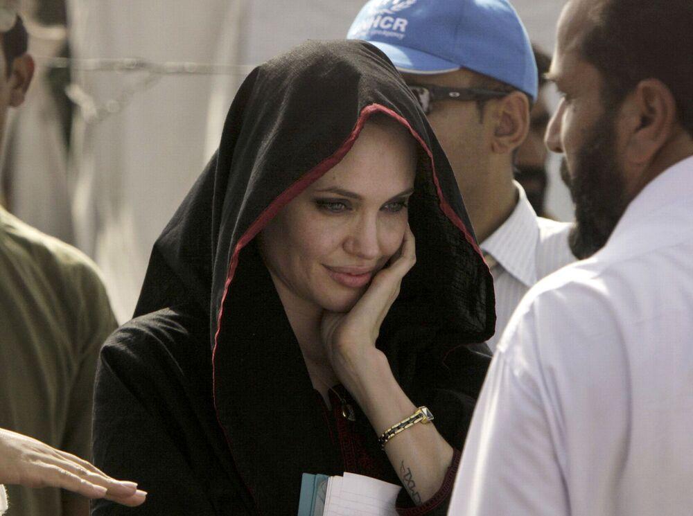 Savaştan etkilenen bölgelerdeki cinsel şiddeti durdurmaya yönelik çalışmalarda bulunan 6 çocuk annesi Jolie,  Hollywood'un en aktivist kadını olarak biliniyor. Fotoğrafta: Birleşmiş Milletler İyi Niyet Elçisi olarak görev yapan oyuncu, Pakistan'daki Mohib Banda mülteci kampı ziyareti sırasında, 2010