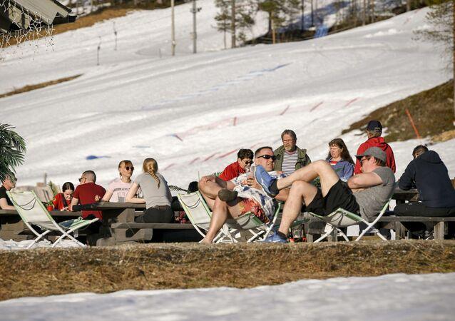 Bir kayak merkezinin terasında güzel havanın tadını çıkaranlar, Saariselka, Inari, Finlandiya, 1 Haziran 2020