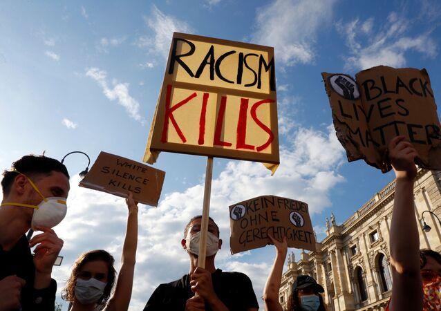 ABD'de siyahi George Floyd'un polis şiddeti sonucu yaşamını yitirmesi, Avusturya'nın başkenti Viyana'da protesto edildi.