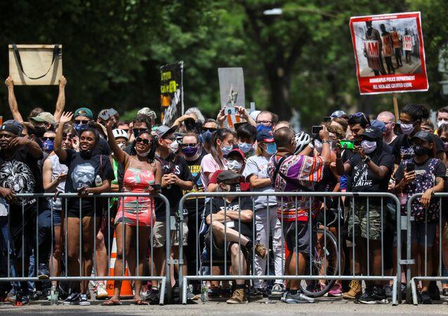ABD'nin Minneapolis şehrinde Amerikalı siyahi George Floyd'un polis şiddeti sonucu öldürülmesini protesto eden göstericiler