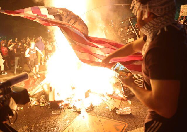 Başkent Washington D.C.'deki George Floyd protestolarında ABD bayrağı yakan protestocular, 31 Mayıs 2020