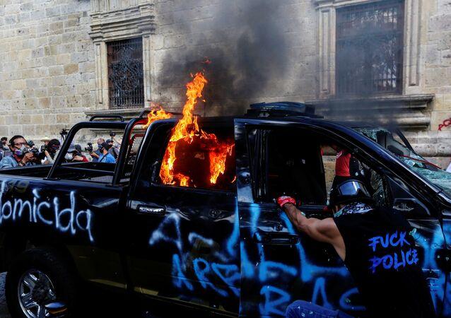Meksika'da bir kişinin polis şiddetiyle öldürüldüğü iddiasıyla başlayan protestolardagöstericiler, bir polisi ateşe verdi.