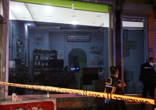 Bağcılar'da eski kız arkadaşının iş yerine giden şüphelinin silahlı saldırısında, araya giren bir kadın yaşamını yitirdi.