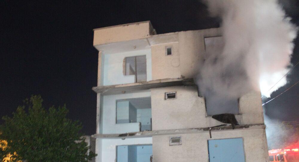 Elazığ depreminde ağır hasar gören 3 katlı boş binada yangın çıktı, itfaiye ekipleri tarafından söndürüldü.