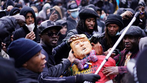 İngiltere'nin başkenti Londra'daki ırkçılık karşıtı gösteride ABD Başkanı Donald Trump'ın maketi - Sputnik Türkiye