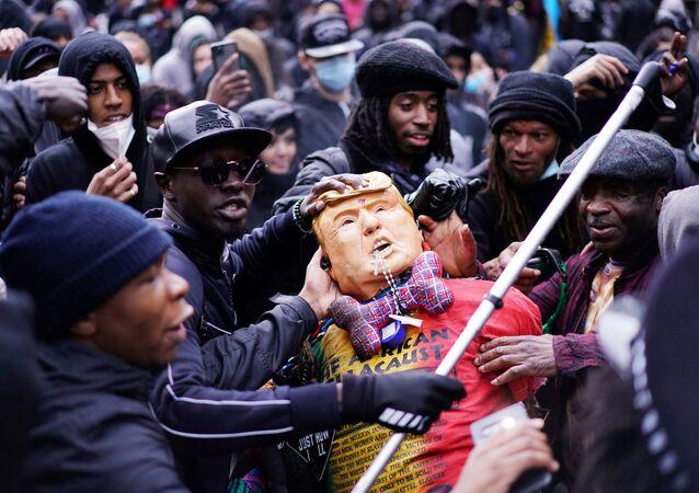 İngiltere'nin başkenti Londra'daki ırkçılık karşıtı gösteride ABD Başkanı Donald Trump'ın maketi