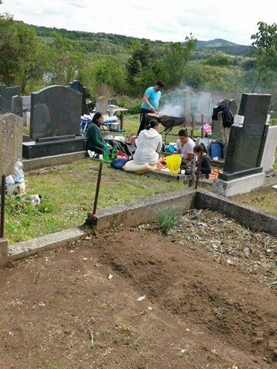 Sosyal medyada Almanya'daki Türklerin Hristiyan mezarlığında mangal yaptığını gösterdiği iddia edilen fotoğrafın Sırbistan'da çekildiği ortaya çıkarken, fotoğraftakilerin Türk ve Müslüman olmadıkları anlaşıldı.