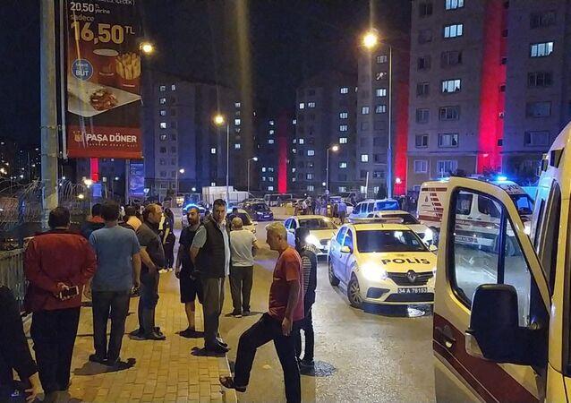 Başakşehir'de bir sitenin eski ve yeni yönetimi arasında çıkan kavgada, emekli polis olduğunu öğrenilen bir şahıs, tartıştığı kişilere mermi yağdırdı.