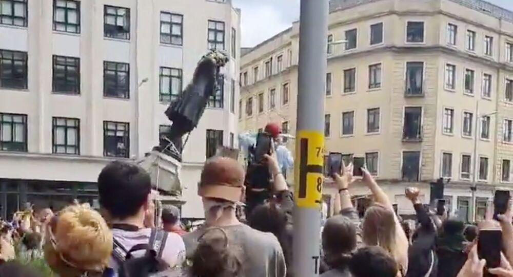 İngiltere'nin Bristol kentinde ırkçılık karşıtı gösteri düzenleyenler bir köle tacirinin heykelini yıktı.