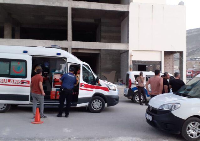 Kahramanmaraş'ın Elbistan ilçesinde bir kadın, eski ve yeni eşi arasında çıkan bıçaklı kavgada hayatını kaybederken 1'i ağır 2 kişi de yaralandı