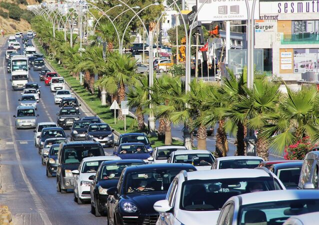 1 Haziran'da yeni normalleşme sürecine geçilmesi ve seyahat yasağının kalkmasıyla birlikte Ege kıyılarına özellikle başta İstanbul, Ankara, Bursa ve Konya olmak üzere Türkiye'nin birçok bölgesinden göç başladı. 170 bin nüfusu olan Bodrum'da tatilci sayısıyla birlikte nüfus 4 katına çıkarak 700 bine ulaştı. Akıcı olarak seyreden trafikte araç kuyrukları da dikkatlerden kaçmadı. İlçede yaşayan vatandaşlar ve tatilciler sahillere akın etti. Tıka basa dolan sahillerde sosyal mesafe kuralları ise hiçe sayıldı. Özellikle halk plajlarında adım atacak yer kalmadı.