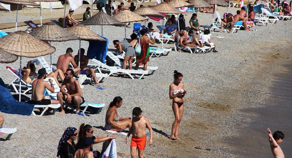 """Bodrum Belediye Başkanı Aras, nüfusun 4 kat artarak 700 bine ulaşacağını ifade ederek """"Bodrum'a gelişler hızla devam ediyor. 300 bin nüfusa ulaşmıştık, koronavirüs sürecinde, bu sayı yeni normalleşme ile gittikçe artacak. Bu nüfusun 600 binlere ulaşacağını tahmin ediyoruz. Turizm hareketlerinin olmayacağı görülüyor. Yurtdışı turizmi bu sene sıkıntılı gibi görülüyor. Yurtiçi hareketlerle 600-700 bini nüfusa Bodrum rahat bir şekilde ulaşacaktır. Bunlar için gereken önlemlerimizi biz aldık. Koronavirüs salgınına karşı tüm dezenfekte işlemlerimizi, hijyen kurallarını ve alınacak tüm tedbirleri biz aldık. Bakanlıklarımızın yayınladığı genelgeler doğrultusunda işletmelerde incelemelerimizi de yapıyoruz. Halkımızın ve Bodrum'a gelen misafirlerimizin güvenilir bir tatil yapmasını sağlamaya çalışıyoruz"""" dedi."""